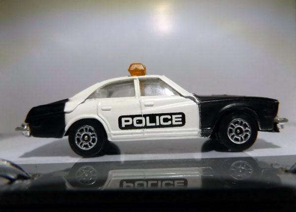 COCHE DE POLICIA AÑOS 70 A ESCALA 1/64 APROX.