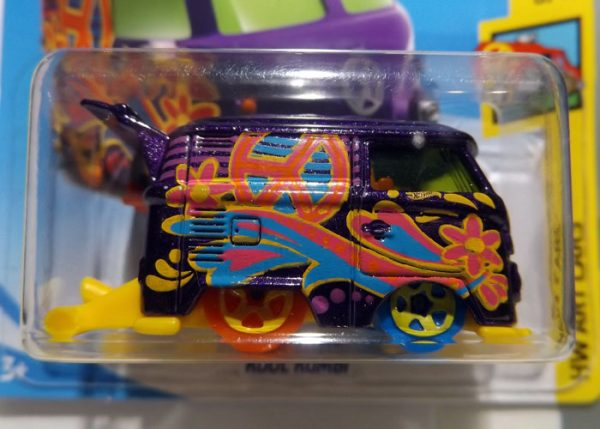 HOT WHEELS KOOL KOMBI TREASURE HUNT 2018 A ESCALA APROXIMADA 1/64.