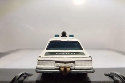 MERCEDES DE POLICIA 450 SEL DEL AÑO 1979 EN PERFECTO ESTADO Y A ESCALA 1/64. VISTA TRASERA.